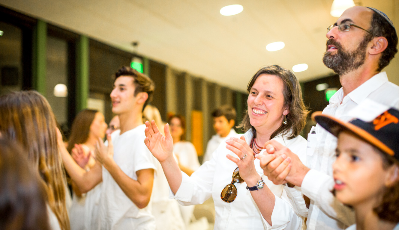 Family clapping during shabbat